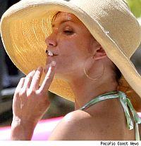 Косметика для курильщицы. Современные курящие знаменитости окончательно утратили ореол сексуальности и выглядят пошло и вульгарно. Как вам Кэмерон Диас в шляпе и с сигаретой?