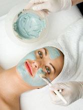Цветная глина справится с любыми проблемами кожи. Голубая глина поможет тем, кто хочет потерять вес, она ускоряет циркуляцию крови и обменные процессы, уменьшает жировые отложения, мягко отшелушивает и дезинфицирует кожу. Голубую глину используют в масках для лица, с ее помощью делают антицеллюлитные обе