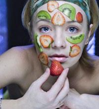 Съедобная косметика питательна и некалорийна. Производители съедобной косметики используют экстракты фруктов и овощей в антивозрастной косметике - anti-aging. Особенно эффективны в борьбе с возрастными изменениями кожи какао-бобы, клюква, виноградный сок, зеленый чай и томаты.
