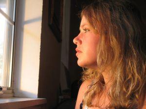Почему мужская память так избирательна. девушка у окна