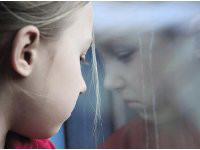 Дети учатся лгать с семи лет. девочка, окно, стекло