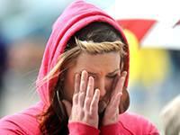 Женщины сильнее переживают за партнеров. женщина плачет