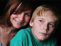 Излишняя опека мешает детям взрослеть. мама и сын